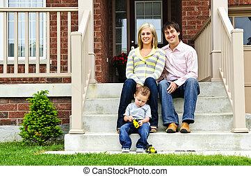 Feliz familia en casa