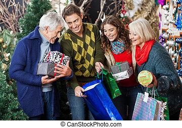 Feliz familia en la tienda de Navidad