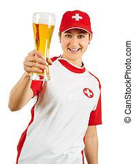 Feliz fan de los deportes suizos animando con cerveza
