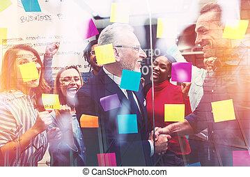 feliz, gente, trabajo, trabajo en equipo, sociedad, éxito, equipo, juntos., concepto