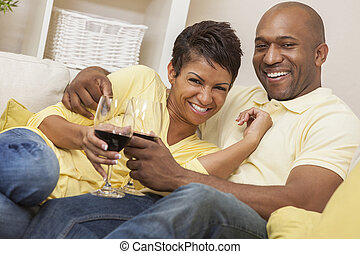 Feliz hombre afroamericano pareja bebiendo vino