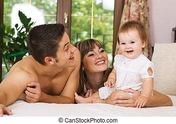 Feliz joven familia