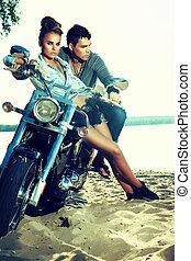 Feliz joven pareja de amor en scooter disfrutando - viaje