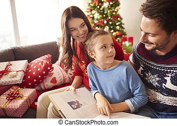 Feliz libro de lectura familiar en Navidad