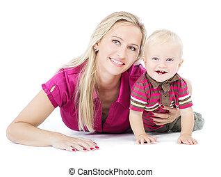 Feliz madre jugando con un niño de un año en el suelo
