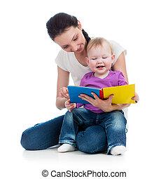 Feliz madre leyendo un libro a la niña