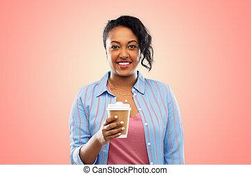 Feliz mujer afroamericana bebiendo café