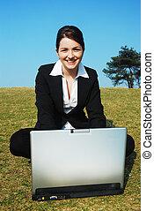 Feliz mujer de negocios en el trabajo al aire libre