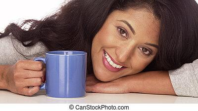 Feliz mujer hispana con café