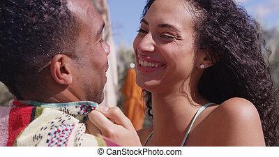 Feliz mujer hispana sonriente