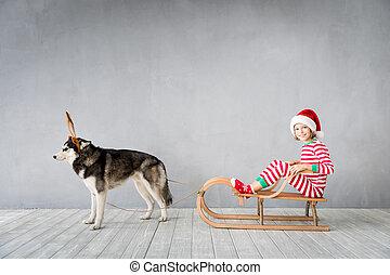 Feliz niño y perro en Nochebuena