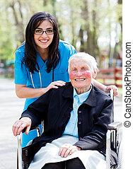 Feliz paciente retirado con amable médico
