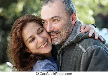 Feliz pareja al aire libre