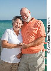 Feliz pareja de ancianos de vacaciones