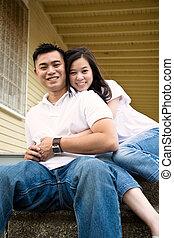 Feliz pareja de asiáticos