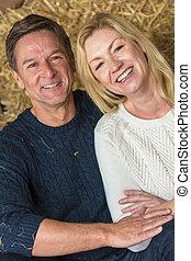 Feliz pareja de hombres y mujeres de mediana edad