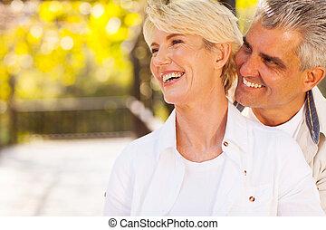Feliz pareja de mediana edad