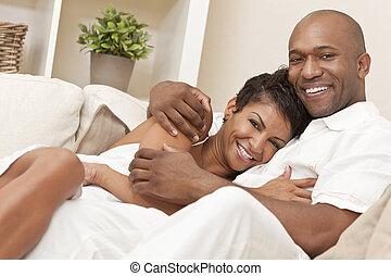 Feliz pareja romántica afroamericana