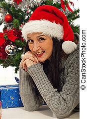 Feliz Santa Ayudante en el árbol de Navidad