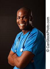 Feliz trabajador médico afroamericano