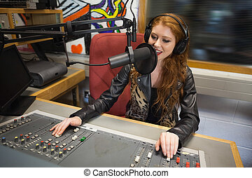 Feliz y hermosa presentadora de radio moderando