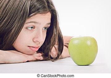 Feliz y sonriente joven dama verde manzana fresca