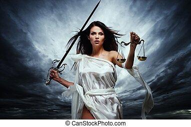 Femida, Diosa de la Justicia, con escamas y espada contra el dramático cielo tormentoso