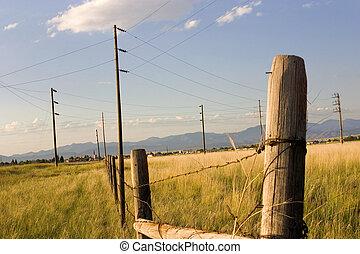 Fence en el campo con fondo azul