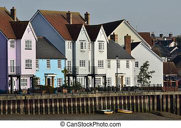 Fila de casas junto al río
