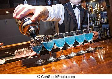 fila, no, barman, barman., bartrender, coctelera, relase., anteojos, mano, barra, necesidad, azul, fragmento, visible, el verter, mostrador, coloreado, modelo, bebidas