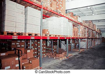 Filas de estantes con cajas en el almacén de la fábrica
