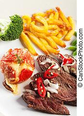 Filete a la parrilla con papas fritas y tomate