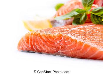 Filete crudo de salmón. Peces rojos aislados en un fondo blanco