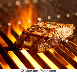 Filete de salmón en la parrilla con llamas