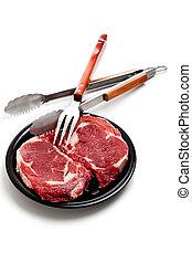 Filete de ternera y utensilios de cocina