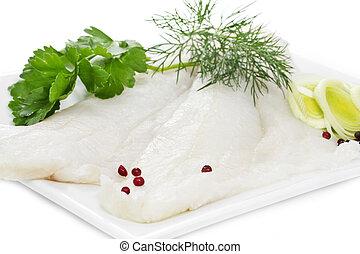 Filetes de halibut en un plato blanco