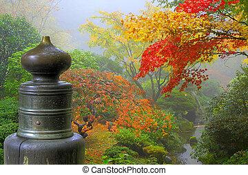 Finial en el puente de madera en el jardín japonés
