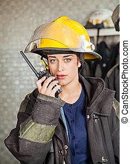 firewoman, parque de bomberos, talkie, utilizar, walkie