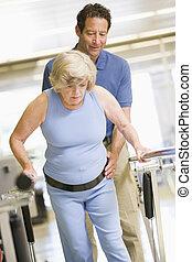 Fisioterapeuta con paciente en rehabilitación