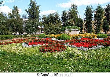 Flores en el césped del pueblo