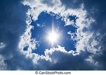 Formación del cielo. Sol y nubes de fondo
