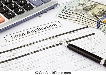Formulario de solicitud de préstamo y billetes de dólar