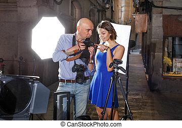 fotógrafo, mostrar fotos, cámara, niña, modelo