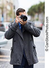 Fotógrafo tomando fotos en la calle