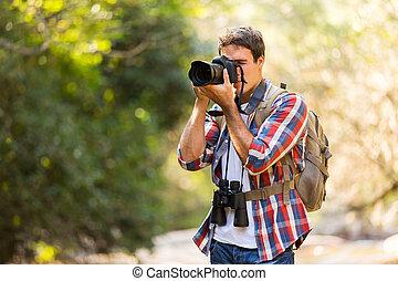 Fotógrafo tomando fotos en la montaña