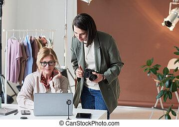 fotógrafo, trabajando, cliente, el suyo, oficina