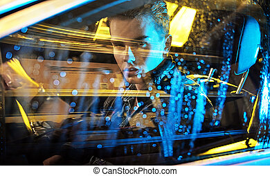 Foto conceptiva de un joven sentado en el coche
