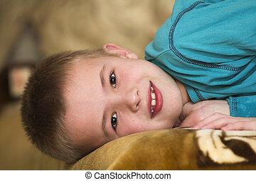 Foto de adorable niño feliz mirando a la cámara.