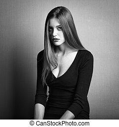 Foto de moda de una joven con cabello oscuro