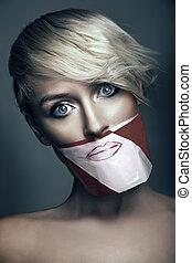 Foto de mujer con la boca cerrada